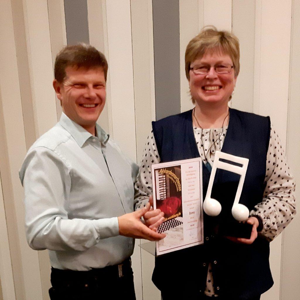 Der Vorsitzende Jörn Neurand ehrt Ines Hopert für die überragende Anwesenheit im Jahr 2019.